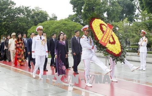 Đoàn đại biểu Thành ủy, HĐND, UBND, UBMTTQVN Thành phố Hà Nội đến đặt vòng hoa viếng các Anh hùng liệt sỹ. Ảnh: Lâm Khánh - TTXVN