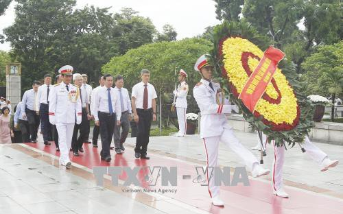 Đoàn đại biểu Bộ Ngoại giao đến đặt vòng hoa viếng các Anh hùng liệt sỹ. Ảnh: Lâm Khánh - TTXVN
