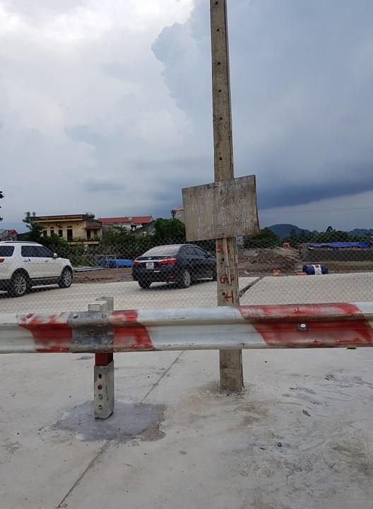 Tấm biển sơ sài với dòng chữ công trường đang thi công không phận sự miễn vào được doanh nghiệp này treo ngay bên cổng vào phía giáp đường QL1A.