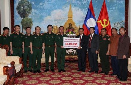 Thượng tướng Trần Đơn trao 50.000 USD của Bộ Quốc phòng Việt Nam hỗ trợ Nhân dân Lào khắc phục sự cố vỡ đập thủy điện Sepien Senamnoi.