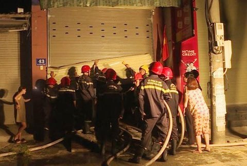 Lực lượng Cảnh sát Phòng cháy Chữa cháy phá cửa cuốn tầng 1