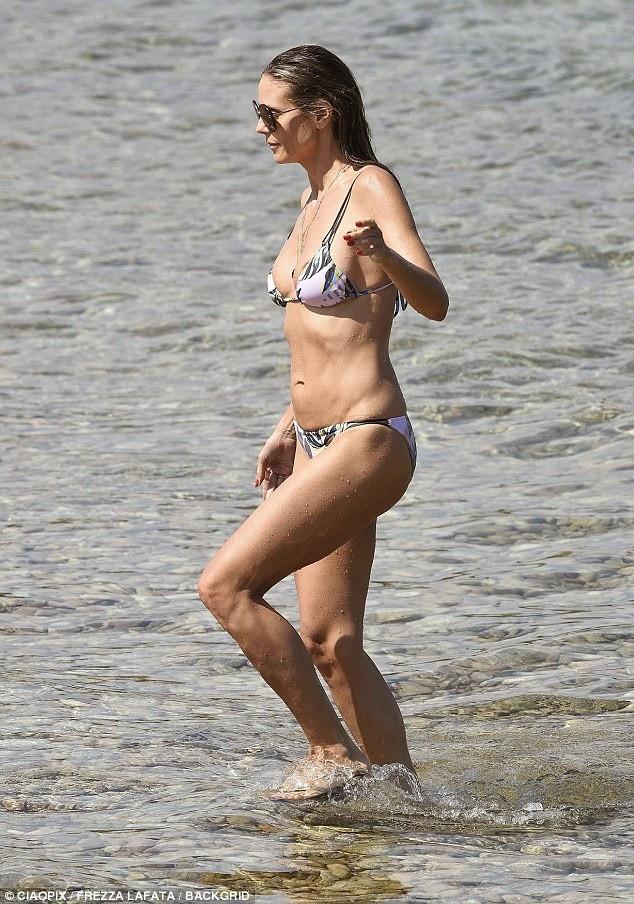 Heidi Klum thư giãn trên bãi biển Porto Cervo, Sardinia ngày 3/8 vừa qua
