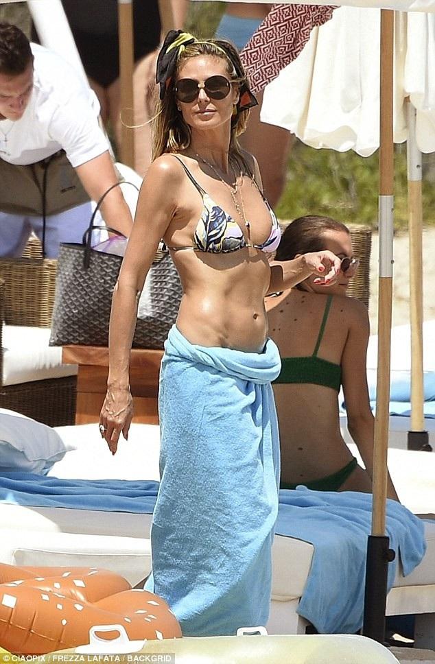 Siêu mẫu Đức diện bikini gợi cảm thả dáng trên biển