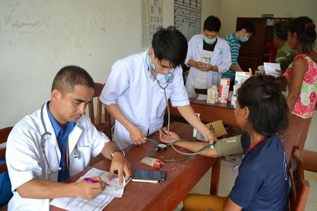 Bộ Quốc phòng đã cử các cán bộ quân y khám chữa bệnh cho người dân Lào trong vụ vỡ đập thuỷ điện.