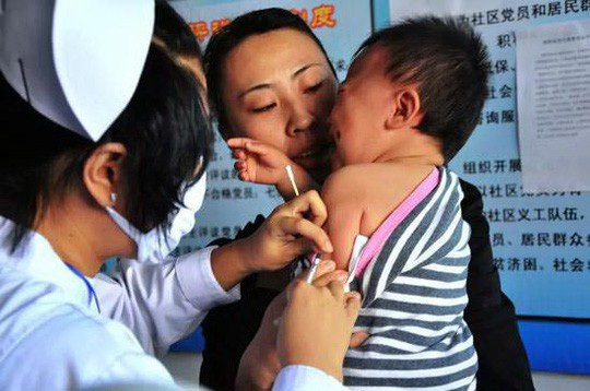 Trẻ em ở Trung Quốc tiêm vắc-xin ngừa bệnh Ảnh: VÕNG THỊ