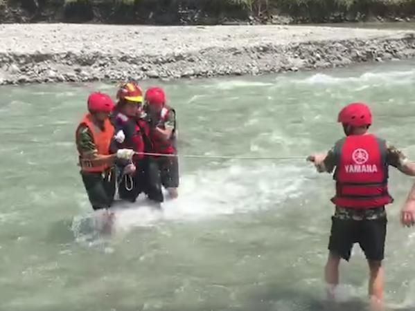 Nhân viên cứu hộ kéo người tài xế lên bờ