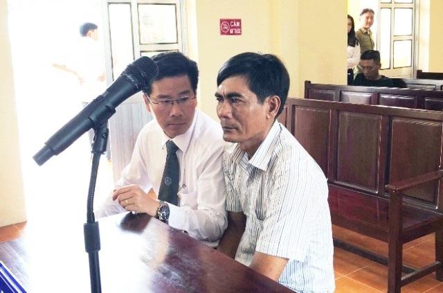 Ông Nguyễn Văn Phèn (phải) tại phiên tòa sơ thẩm.
