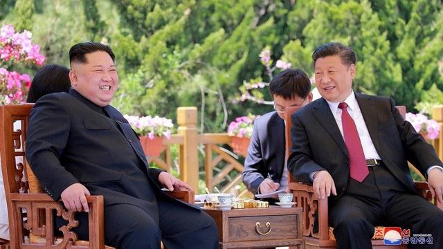 hủ tịch Tập Cận Bình đón nhà lãnh đạo Kim Jong-un tại thành phố Đại Liên, Trung Quốc hồi tháng 5 (Ảnh: KCNA)