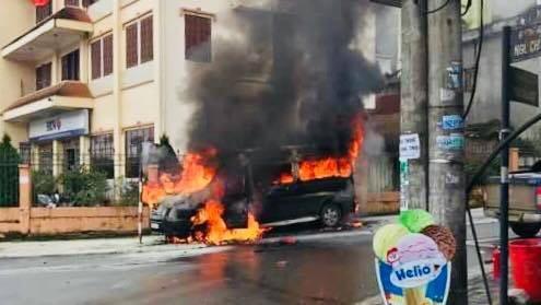 Hiện trường vụ cháy xe 16 chỗ ngồi ở thị trấn Sa Pa đầu giờ chiều ngày 4/8 - Ảnh: laocaionline