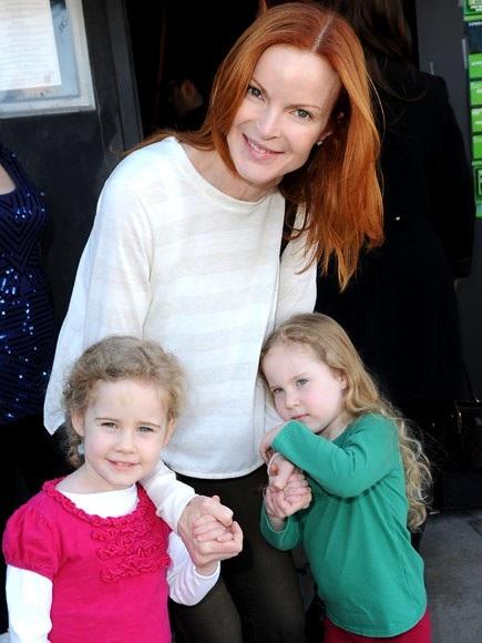 Nữ diễn viên người Mỹ Marcia Cross chào đón hai cô con gái song sinh Eden và Savannah bước vào cuộc sống của mình khi cô đã ở tuổi 44.
