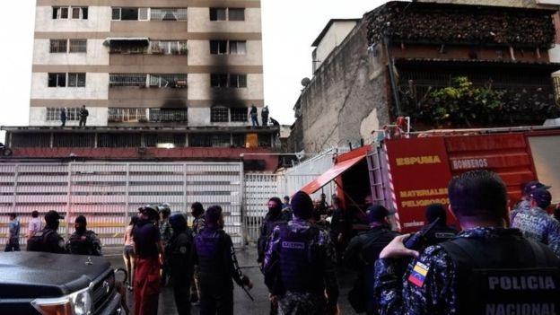 Cửa sổ ở tòa nhà gần nơi Tổng thống Maduro phát biểu cháy đen sau sự việc. (Ảnh: AFP)
