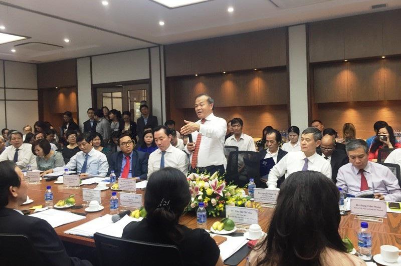 Ông Vũ Hồng Nam, Thứ trưởng Bộ Ngoại giao phát biểu tại buổi gặp gỡ. Ông Nam và 19 Đại sứ, Tổng lãnh sự đã lắng nghe và ghi nhận ý kiến của đại diện các <span class=