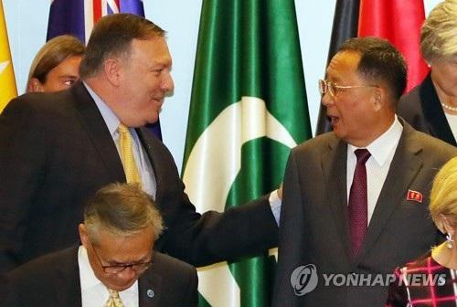 Ngoại trưởng Mỹ và Triều Tiên chào hỏi ngắn gọn khi chụp ảnh lưu niệm tại Singapore. (Ảnh: Yonhap)