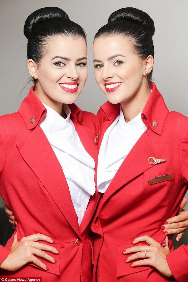 Vẻ cuốn hút của cặp đôi song sinh người Anh hiện đang là nữ tiếp viên hàng không của hãng Virgin Atlantic