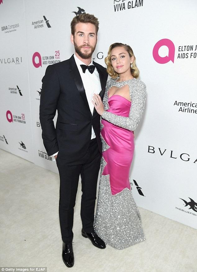 Nữ ca sĩ Miley Cyrus (19 tuổi) và nam diễn viên Liam Hemsworth (22 tuổi)
