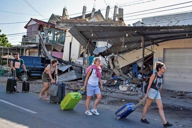 Du khách thu dọn hành lý rời khỏi Lombok sau trận động đất (ảnh: Reuters)