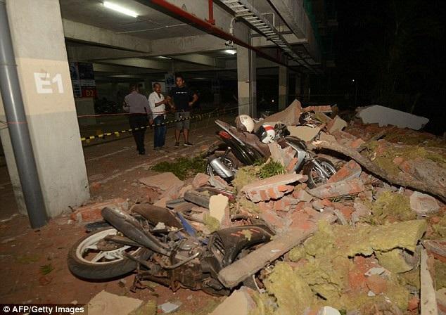 Cảnh đổ nát bên ngoài một trung tâm thương mại ở đảo Bali, lân cận đảo Lombok. (Ảnh: AFP)