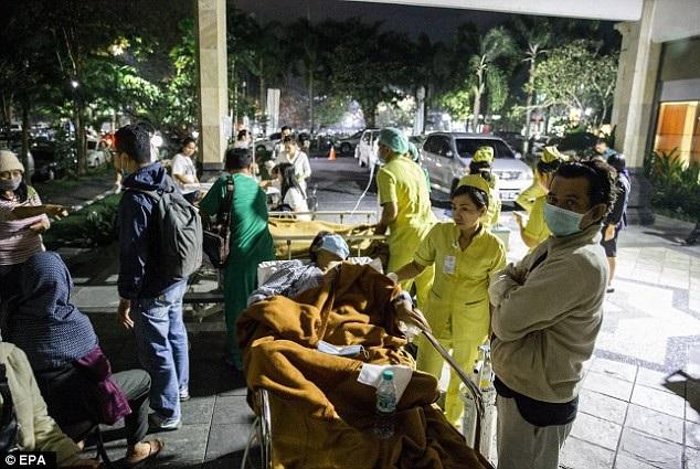 Cơ quan giảm nhẹ thiên tai quốc gia Indonesia xác nhận, trận động đất khiến ít nhất 82 người thiệt mạng và hàng trăm người bị thương. Cơ quan này cho biết, con số thương vong có thể sẽ còn tăng. Trong ảnh: Các nạn nhân được chuyển tới bệnh viện ở Bali. (Ảnh: EPA)