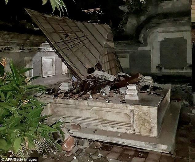 Một ngôi đền ở Bali đổ sập sau trận động đất. (Ảnh: AFP)