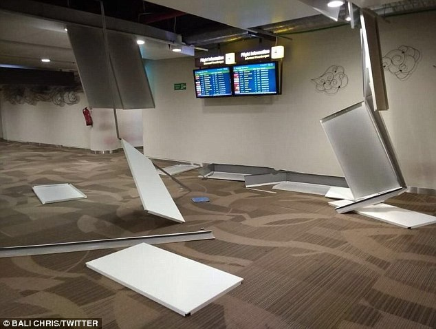 Trận động đất khiến hàng nghìn ngôi nhà bị hư hại, trong đó hàng chục ngôi nhà bị sập và gây mất điện diện rộng trên đảo du lịch nổi tiếng này của Indonesia. Trong ảnh: Cảnh đổ nát tại sân bay Ngurah Rai. (Ảnh Twitter)