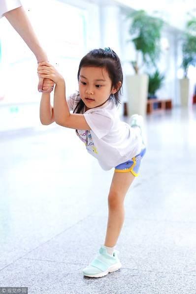 Lý Tiểu Lộ xuất hiện một mình cùng con gái tại sân bay - 6