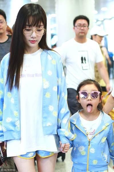 Lý Tiểu Lộ xuất hiện cùng con gái tại sân bay ở Bắc Kinh, Trung Quốc, ngày 5/8.
