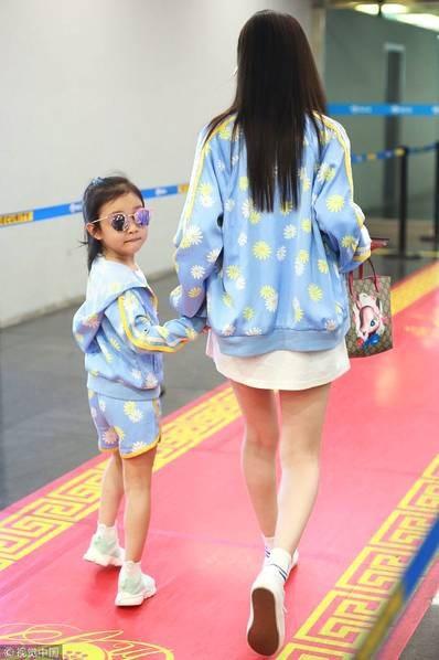 Lý Tiểu Lộ xuất hiện một mình cùng con gái tại sân bay - 5