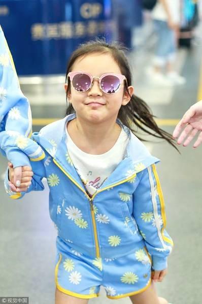 Lý Tiểu Lộ xuất hiện một mình cùng con gái tại sân bay - 3