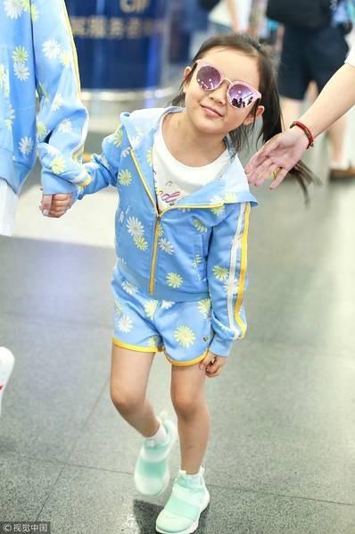 Lý Tiểu Lộ xuất hiện một mình cùng con gái tại sân bay - 2