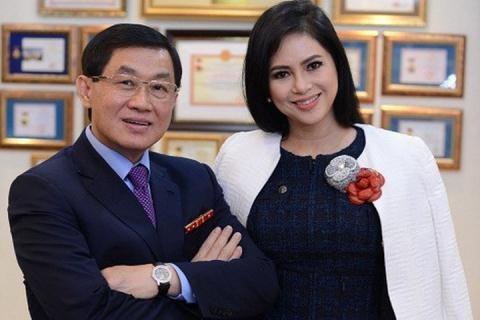 Bố mẹ chồng Hà Tăng - ông Jonathan Hạnh Nguyễn và bà Lê Hồng Thuỷ Tiên đang cùng lãnh đạo Sasco