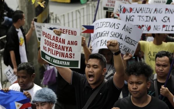 Người dân Philippines biểu tình yêu cầu Trung Quốc tuân thủ phán quyết của Tòa trọng tài quốc tế trong vụ kiện đường lưỡi bò. (Ảnh: EPA)