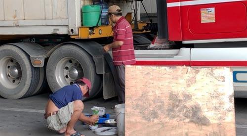Các tài xế lén nấu ăn ở Pò Chài (Trung Quốc)