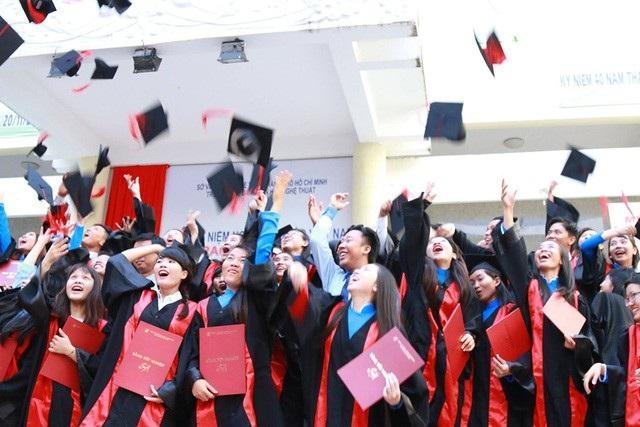 Nhiều thanh thiếu niên Việt Nam đã lên các đoàn tàu giáo dục nước ngoài.