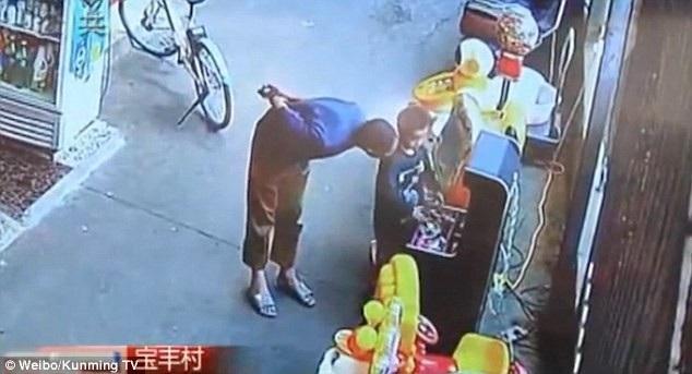 Người đàn ông lạ mặt tiếp cận cậu bé Chuan Chuan khi cậu bé đang đứng một mình
