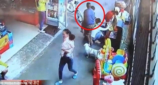 Người đàn ông này đã bế Chuan Chuan đi khi xung quanh có rất đông người qua lại