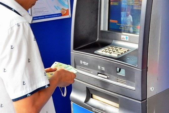 """Tình trạng tiền trong tài khoản """"bốc hơi"""" thường xuyên diễn ra tại các ngân hàng nhưng công tác giải quyết khiếu nại của khách hàng lại khá """"ì ạch""""."""