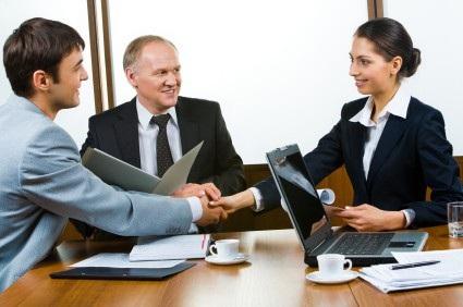 Trừ phi bạn thật sự thân thiết với đồng nghiệp xung quanh, hãy hạn chế hết mức có thể việc đề cập đến những vấn đề nhạy cảm như tiền lương