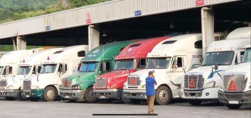 Xe container chở hàng từ Việt Nam tập kết ở chợ Pò Chài - Trung Quốc