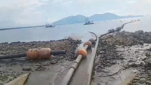 Nghi vấn nước bùn từ gần 1 triệu khối bùn tập kết phía trong bờ ở Dự án đê chắn sóng cảng Chân Mây giai đoạn 1 đã hòa vào dòng nước làm hơn 2,7 triệu con tôm người dân xã Lộc Vĩnh chết bất thường