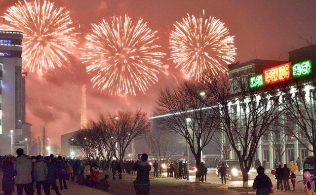 Người dân Triều Tiên tập trung trên đường phố ngắm pháo hoa trong đêm giao thừa (Ảnh: Reuters/KCNA)