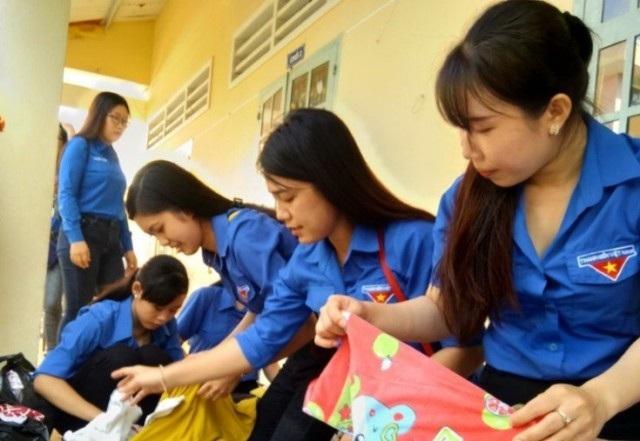 Các tình nguyện viên thu gom và phân loại quần áo.