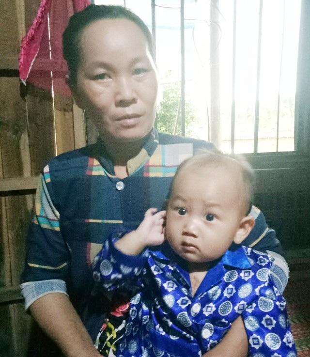 Bà nội cháu rất lo lắng khi bệnh tình của Khang ngặt nghèo nhưng gia đình thì quá khó khăn.