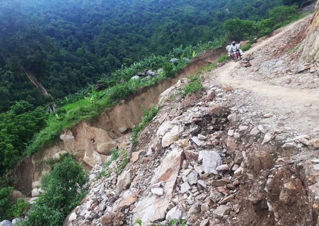 Tuyến đường vành đai biên giới nối thị trấn Mường Xén đi các xã Tà Cạ, Mường Típ, Mường Ải (Kỳ Sơn, Nghệ An) bị sụt lở sau cơn bão số 3