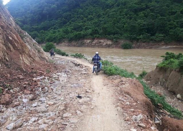 Đất đá trên núi vẫn tiếp tục sạt trượt, trong đó phía ta luy âm của đường nguy cơ sạt lở vẫn hiện hữu khiến giao thông đi lại hết sức khó khăn, nguy hiểm