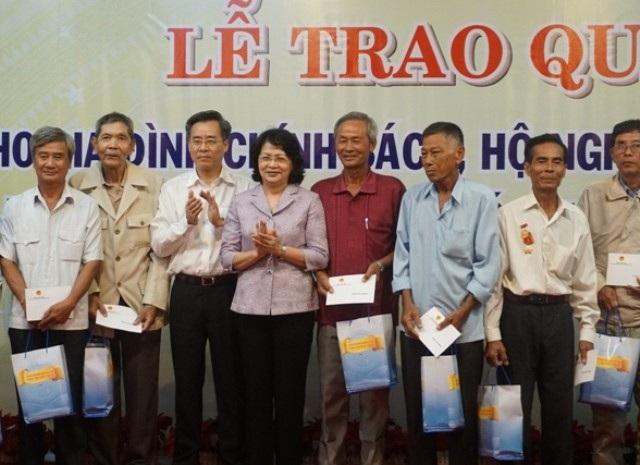 Phó Chủ tịch nước Đặng Thị Ngọc Thịnh và Bí thư Tỉnh ủy Bạc Liêu Nguyễn Quang Dương trao quà cho gia đình chính sách, hộ nghèo Bạc Liêu.