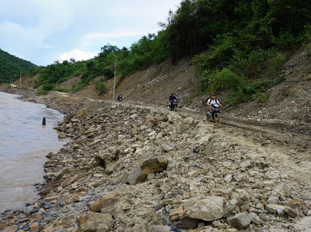 Con đường vành đai miền Tây Nghệ An kéo dài khoảng 80km nối liền các vùng biên giới xã Tà Cạ, Mường Típ, Mường Ải, Na Ngoi, Nậm Càn của huyện Kỳ Sơn (Nghệ An). Sau cơn bão số 3 (tháng 7/2018), nhiều đoạn đường bị lũ cuốn, gây tình trạng sạt lở nghiêm trọng.