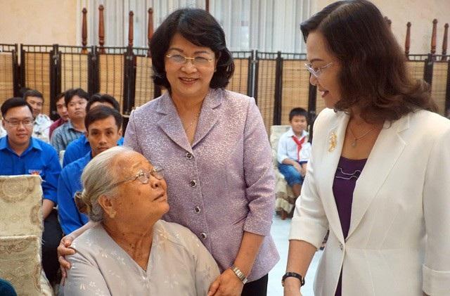 Phó Chủ tịch nước Đặng Thị Ngọc Thịnh và bà Lê Thị Ái Nam- Phó Bí thư TT Tỉnh ủy Bạc Liêu (phải) cùng thăm hỏi một hộ gia đình chính sách.