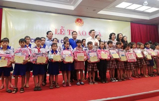 Phó Chủ tịch nước Đặng Thị Ngọc Thịnh cùng lãnh đạo tỉnh Bạc Liêu trao quà cho các em học sinh.