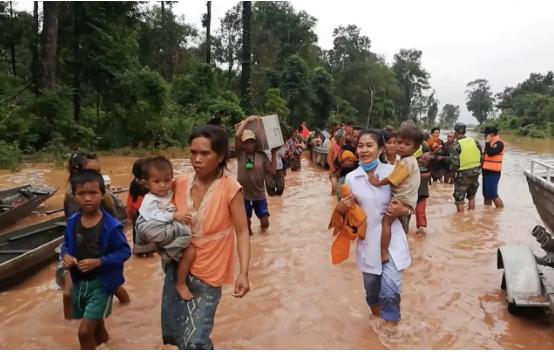 Người dân Lào sơ tán sau sự cố vỡ đập thủy điện hồi tháng 7 (Ảnh: Attapeu Today)