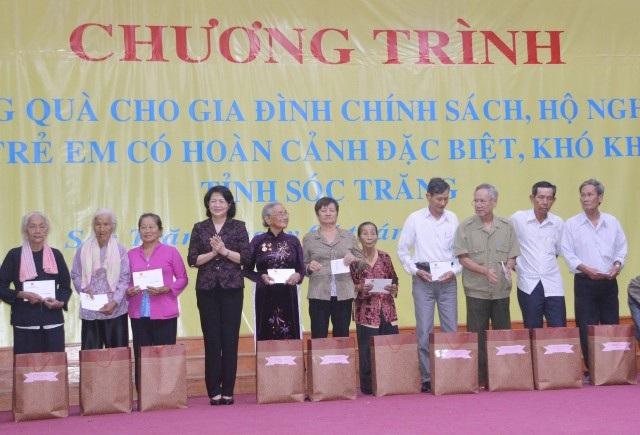 Bà Đặng Thị Ngọc Thịnh- Phó Chủ tịch nước, tặng quà cho gia đình chính sách, hộ nghèo tỉnh Sóc Trăng.